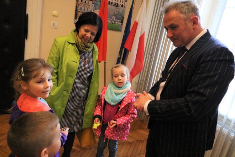 Dzieci Z Przedszkola Publicznego Nr 8 Z Yczeniami U Burmistrza