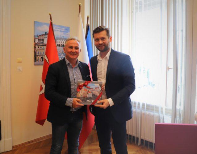 Pose Kamil Bortniczuk Z Wizyt U Burmistrza