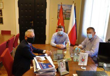 Burmistrz Brzeg z członkami zarządu Klubu Sportowego Gredar Futsal Team Brzeg