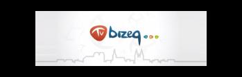 Logotyp TV Brzeg - napis TV na tle czerwonego trójkąta oraz niebieski napis Brzeg