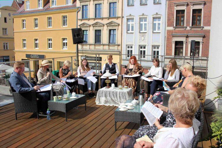 Narodowe Czytanie na tarasie Brzeskiego Centrum Kultury