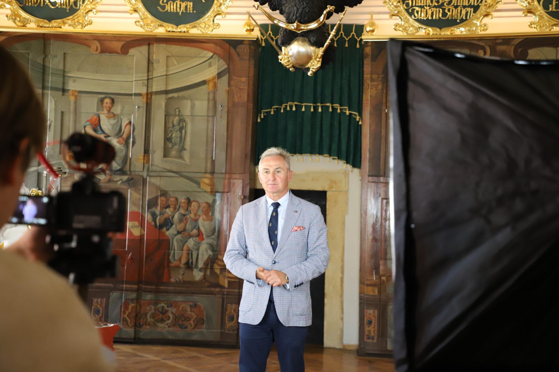 Burmistrz Jerzy Wrębiak podczas nagrywania materiału