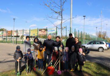 Wspólne sadzeni drzew - zdjęcie grupowe