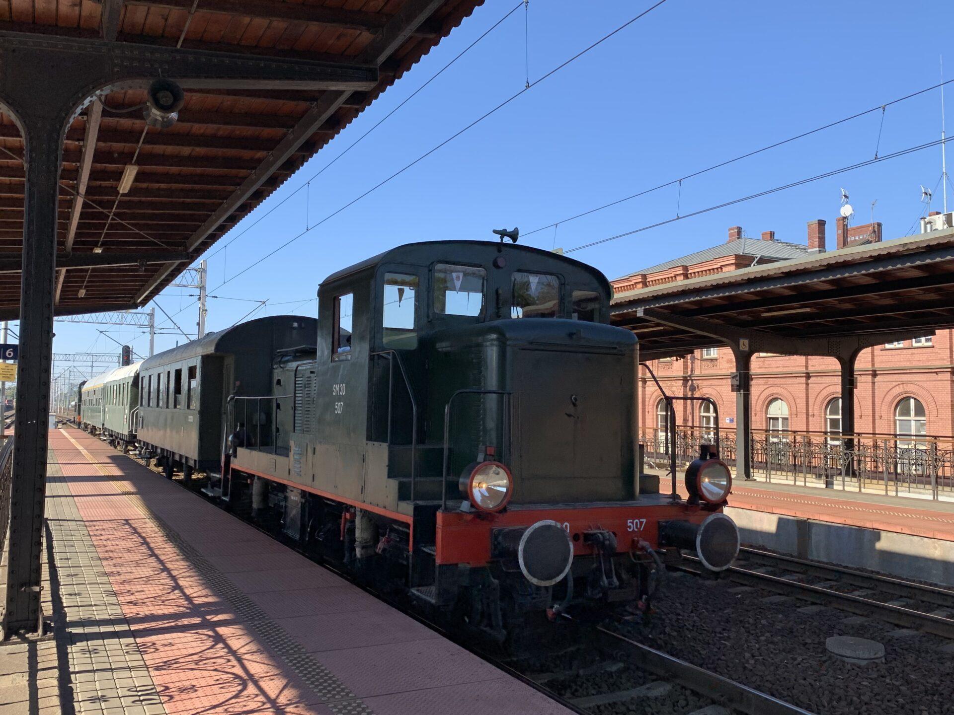 Retro pociąg na dworcu w Brzegu